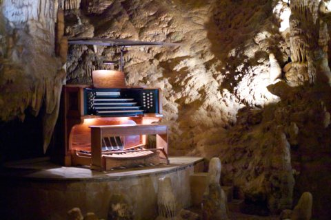 Stalacpipe_Organ_booth_at_Luray_Caverns_Jon_Callas